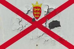 Κλείστε επάνω τη βρώμικη, χαλασμένη και ξεπερασμένη σημαία του Τζέρσεϋ στην αποφλοίωση τοίχων από το χρώμα για να δείτε την εσωτε στοκ φωτογραφίες με δικαίωμα ελεύθερης χρήσης