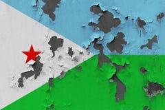Κλείστε επάνω τη βρώμικη, χαλασμένη και ξεπερασμένη σημαία του Τζιμπουτί στην αποφλοίωση τοίχων από το χρώμα για να δείτε την εσω στοκ φωτογραφία