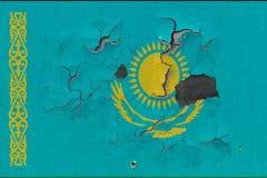 Κλείστε επάνω τη βρώμικη, χαλασμένη και ξεπερασμένη σημαία του Καζακστάν στην αποφλοίωση τοίχων από το χρώμα για να δείτε την εσω στοκ φωτογραφία με δικαίωμα ελεύθερης χρήσης