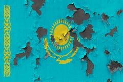 Κλείστε επάνω τη βρώμικη, χαλασμένη και ξεπερασμένη σημαία του Καζακστάν στην αποφλοίωση τοίχων από το χρώμα για να δείτε την εσω στοκ εικόνα