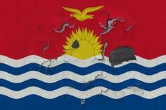 Κλείστε επάνω τη βρώμικη, χαλασμένη και ξεπερασμένη σημαία του Κιριμπάτι στην αποφλοίωση τοίχων από το χρώμα για να δείτε την εσω στοκ φωτογραφίες