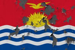 Κλείστε επάνω τη βρώμικη, χαλασμένη και ξεπερασμένη σημαία του Κιριμπάτι στην αποφλοίωση τοίχων από το χρώμα για να δείτε την εσω στοκ φωτογραφία με δικαίωμα ελεύθερης χρήσης