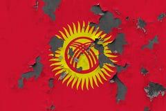 Κλείστε επάνω τη βρώμικη, χαλασμένη και ξεπερασμένη σημαία του Κιργιστάν στην αποφλοίωση τοίχων από το χρώμα για να δείτε την εσω στοκ φωτογραφία