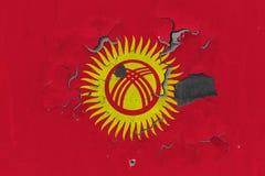 Κλείστε επάνω τη βρώμικη, χαλασμένη και ξεπερασμένη σημαία του Κιργιστάν στην αποφλοίωση τοίχων από το χρώμα για να δείτε την εσω στοκ εικόνες με δικαίωμα ελεύθερης χρήσης