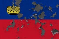 Κλείστε επάνω τη βρώμικη, χαλασμένη και ξεπερασμένη σημαία του Λιχτενστάιν στην αποφλοίωση τοίχων από το χρώμα για να δείτε την ε στοκ φωτογραφία