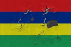 Κλείστε επάνω τη βρώμικη, χαλασμένη και ξεπερασμένη σημαία του Μαυρίκιου στην αποφλοίωση τοίχων από το χρώμα για να δείτε την εσω στοκ φωτογραφία