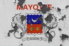 Κλείστε επάνω τη βρώμικη, χαλασμένη και ξεπερασμένη σημαία του Mayotte στην αποφλοίωση τοίχων από το χρώμα για να δείτε την εσωτε στοκ εικόνες με δικαίωμα ελεύθερης χρήσης