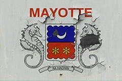 Κλείστε επάνω τη βρώμικη, χαλασμένη και ξεπερασμένη σημαία του Mayotte στην αποφλοίωση τοίχων από το χρώμα για να δείτε την εσωτε στοκ φωτογραφίες