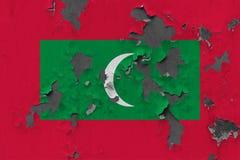 Κλείστε επάνω τη βρώμικη, χαλασμένη και ξεπερασμένη σημαία των Μαλδίβες στην αποφλοίωση τοίχων από το χρώμα για να δείτε την εσωτ στοκ φωτογραφία με δικαίωμα ελεύθερης χρήσης