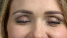 Κλείστε επάνω τη γυναίκα ανοίγει τα μάτια της απόθεμα βίντεο