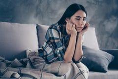 Κλείστε επάνω τη δευτερεύουσα φωτογραφία σχεδιαγράμματος όμορφη αυτή η κυρία της έπεσε κοιμισμένος ενώ η τεμπελιά καθίσματος δίνε στοκ εικόνες