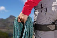 Κλείστε επάνω τη θηλυκή δεσμίδα εκμετάλλευσης χεριών ορειβατών του σχοινιού στο βουνό Στοκ Εικόνα