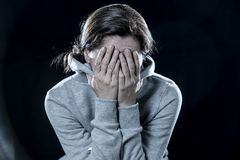 Κλείστε επάνω τη λατινική γυναίκα, που φοβάται και νευρική σε ένα μαύρο υπόβαθρο στοκ φωτογραφίες με δικαίωμα ελεύθερης χρήσης