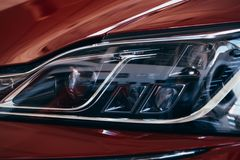 Κλείστε επάνω τη λεπτομέρεια σε ένα από το σύγχρονο αυτοκίνητο προβολέων των οδηγήσεων στοκ φωτογραφίες με δικαίωμα ελεύθερης χρήσης