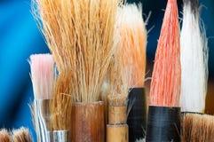 Κλείστε επάνω τη λεπτομέρεια των βουρτσών χρωμάτων καλλιτεχνών πρόσκληση συγχαρητηρίων καρτών ανασκόπησης Στοκ Εικόνες