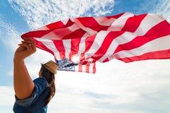 Κλείστε επάνω τη νέα ευτυχή σημαία των Ηνωμένων Πολιτειών της Αμερικής εκμετάλλευσης γυναικών στοκ εικόνα