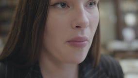 Κλείστε επάνω τη νέα όμορφη συνεδρίαση γυναικών πορτρέτου στο ακριβό εστιατόριο και την κατανάλωση των ψηγμάτων κοτόπουλου με το  απόθεμα βίντεο