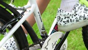 Κλείστε επάνω τη ρόδα ποδηλάτων φιλμ μικρού μήκους