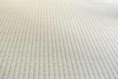 Κλείστε επάνω τη σύσταση του ιαπωνικού παραδοσιακού χαλιού Tatami κατά την ανθρώπινη άποψη στοκ εικόνες