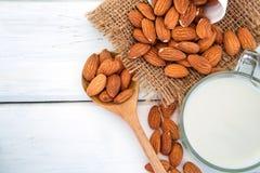 Κλείστε επάνω τη τοπ άποψη του υγιούς γάλακτος αμυγδάλων στην κατανάλωση του γυαλιού με Στοκ φωτογραφία με δικαίωμα ελεύθερης χρήσης