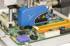 Κλείστε επάνω τη υψηλή ακρίβεια και την τεχνολογία της συσκευής ακροφυσίων και της βελόνας της αυτόματης καυτής έγχυσης κόλλας μη στοκ εικόνες