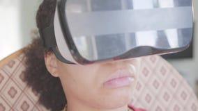 Κλείστε επάνω τη φθορά γυναικών αφροαμερικάνων πορτρέτου στην κάσκα εικονικής πραγματικότητας χρησιμοποιώντας τη συνεδρίαση πηδαλ φιλμ μικρού μήκους