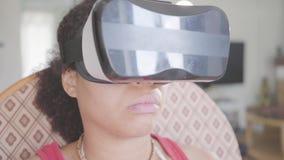 Κλείστε επάνω τη φθορά γυναικών αφροαμερικάνων πορτρέτου στην κάσκα εικονικής πραγματικότητας χρησιμοποιώντας τη συνεδρίαση πηδαλ απόθεμα βίντεο