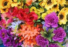 Κλείστε επάνω τη φρέσκια πώληση ανθοδεσμών λουλουδιών για την ημέρα βαλεντίνων στη φρέσκια αγορά Ποικιλία του ζωηρόχρωμου υποβάθρ Στοκ εικόνες με δικαίωμα ελεύθερης χρήσης