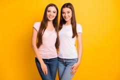 Κλείστε επάνω τη φωτογραφία δύο άνθρωποι όμορφοι αυτή το μακρύ ευθύ hairdo γυναικείων προτύπων της ακτινοβολώντας χαρωπά το οδοντ στοκ εικόνα με δικαίωμα ελεύθερης χρήσης