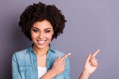 Κλείστε επάνω τη φωτογραφία η χαριτωμένη γοητευτική θετική εύθυμη διαφήμιση ανθρώπων νεολαίας συστήνει ανατροφοδοτήστε το παρόν π στοκ εικόνες