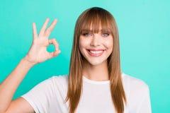 Κλείστε επάνω τη φωτογραφία της συμπαθητικής γοητευτικής ελκυστικής γυναικείας διαφήμισης επιλέγει ότι συμβουλεψτε αποφασίστε οι  στοκ εικόνα με δικαίωμα ελεύθερης χρήσης