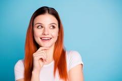 Κλείστε επάνω τη φωτογραφία του απασχολημένου στοχαστικού εφήβου εφήβων επιλέγει ότι αποφασίστε λύστε το πηγούνι αφής περιμένει τ στοκ φωτογραφία με δικαίωμα ελεύθερης χρήσης