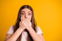Κλείστε επάνω τη φωτογραφία του αρκετά απογοητευμένου λυπημένου στοματικού φοίνικα γυναικείων δορών ανησυχεί το φόβο να πει λέει  στοκ φωτογραφία με δικαίωμα ελεύθερης χρήσης