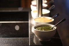 Κλείστε επάνω τη φωτογραφία τροφίμων μιας γραμμής σαλτσών στα κύπελλα ως δευτερεύοντα πιάτα για τα γεύματα ψητού με την εστίαση σ Στοκ εικόνες με δικαίωμα ελεύθερης χρήσης