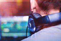 Κλείστε επάνω τη φωτογραφία των ακουστικών σε ένα κεφάλι του DJ στοκ φωτογραφία με δικαίωμα ελεύθερης χρήσης