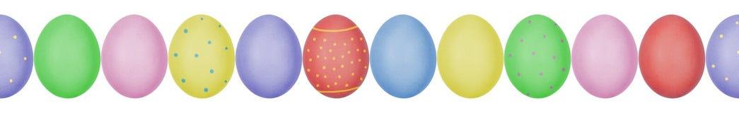 Κλείστε επάνω τη φωτογραφία των ζωηρόχρωμων χρωματισμένων αυγών Πάσχας με eggshell τη σύσταση που τακτοποιείται σε μια σειρά πρότ στοκ εικόνες