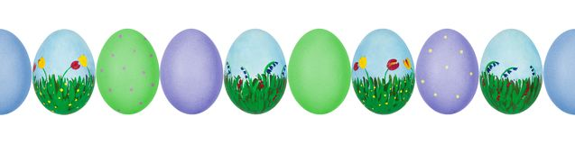 Κλείστε επάνω τη φωτογραφία των ζωηρόχρωμων χρωματισμένων χέρι αυγών Πάσχας με eggshell τη σύσταση σε μια σειρά πρότυπο άνευ ραφή στοκ φωτογραφίες