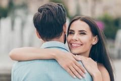 Κλείστε επάνω τη φωτογραφία χαριτωμένου ελκυστικού χιλιετούς γοητείας έχει τις διακοπές Σαββατοκύριακου ελεύθερου χρόνου οδοντωτέ στοκ φωτογραφία με δικαίωμα ελεύθερης χρήσης