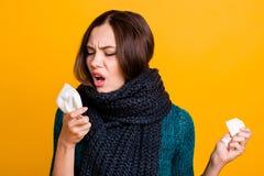 Κλείστε επάνω τη φωτογραφία όμορφη αυτή αυτή κυρία υφίσταται το ιατρικό μαλακό θερμό μαντίλι πνευμονίας στηθάγχης αμυγδαλίτιδας γ στοκ φωτογραφίες με δικαίωμα ελεύθερης χρήσης