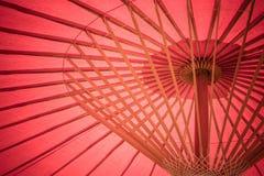 Κλείστε επάνω τις λεπτομέρειες μέσα της παραδοσιακής χειροποίητης ξύλινης κόκκινης ομπρέλας στοκ φωτογραφία με δικαίωμα ελεύθερης χρήσης