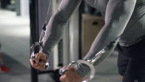 Κλείστε επάνω τον αθλητή στη γυμναστική που κάνει τις ασκήσεις στους μυς του στήθους και των ώμων φιλμ μικρού μήκους