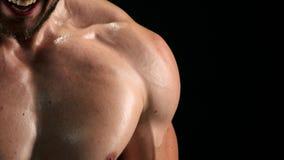 Κλείστε επάνω τον αθλητικό τύπο κατά τη διάρκεια του workout απόθεμα βίντεο