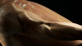 Κλείστε επάνω τον αθλητικό τύπο που έχει workout απόθεμα βίντεο