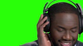 Κλείστε επάνω τον τύπο αφροαμερικάνων ακούοντας τη μουσική απόθεμα βίντεο