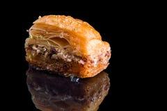 κλείστε επάνω Τουρκικό παραδοσιακό baklava από τη ζύμη, τα φυστίκια και το μέλι Στη μαύρη ανασκόπηση στοκ φωτογραφίες