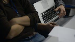 Κλείστε επάνω τους αριθμούς του προγράμματος επιχείρησης θεάματος δύο εργαζομένων για το lap-top απόθεμα βίντεο