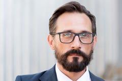 Κλείστε επάνω του ήρεμου ατόμου που φορά τα γυαλιά και που εξετάζει σας στοκ φωτογραφία με δικαίωμα ελεύθερης χρήσης