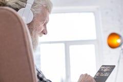 Κλείστε επάνω του ανώτερου ατόμου που συντάσσει το playlist μουσικής του Στοκ φωτογραφίες με δικαίωμα ελεύθερης χρήσης