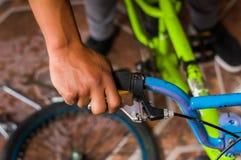 Κλείστε επάνω του ατόμου που καθορίζει handlebar του ποδηλάτου, σε ένα εργαστήριο Στοκ φωτογραφίες με δικαίωμα ελεύθερης χρήσης