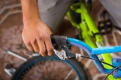 Κλείστε επάνω του ατόμου που καθορίζει handlebar του ποδηλάτου, σε ένα εργαστήριο Στοκ Φωτογραφία